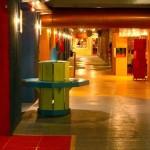 Los largos y coloridos pasillos del viejo Museo Barrilete.